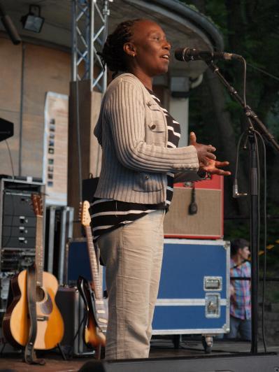 Bethi redet auf der Bühne
