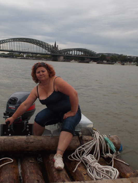 flüchtlingsfrau steuert ein Floß
